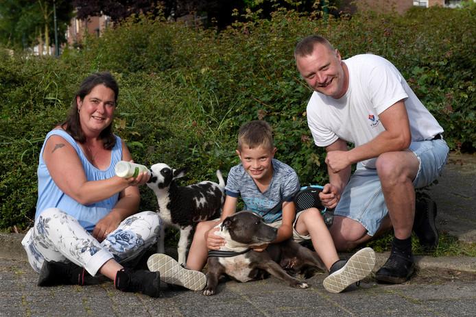 Sabrina, Dorus en Sjaak Voordouw met huisdieren Sjakie en Leila.