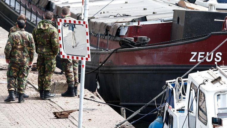 Medewerkers van de Explosieven Opruimingsdienst Defensie (EOD) doen onderzoek bij e woonboot aan de Veerdijk in Wormer. Beeld anp