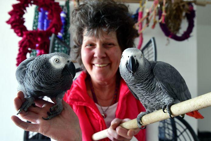 Marleen Venmans met haar 'jongens', papegaaien Harry en Toon.