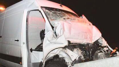 Bestelwagen knalt op vrachtwagen: bestuurder gewond