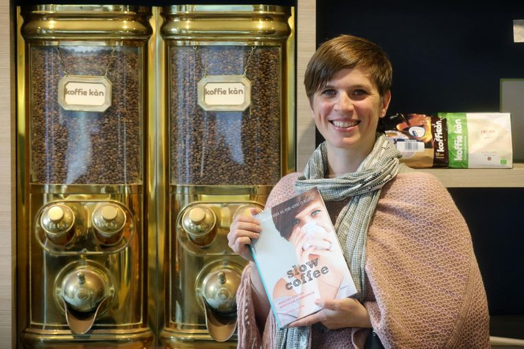Marjolein Vermeersch (41) met haar boek 'Slow Coffee'.