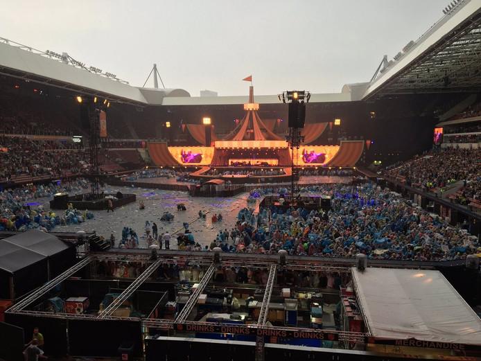 Veld bij concert Guus Meeuwis wordt ontruimd vanwege naderend onweer.