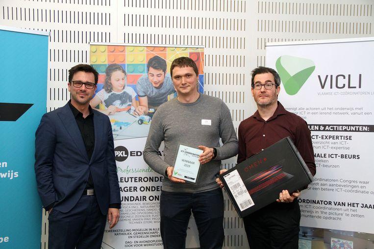 ICT-coördinator van het jaar Jonas Nackaerts van WICO Campus TIO Overpelt (midden) neemt zijn prijs in ontvangst van Pieter Barremaecker, CTO van Signpost (rechts) en Ben Lambrechts, algemeen directeur van Hogeschool PXL