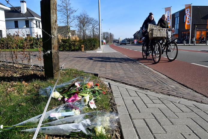 In de berm waar het ongeluk plaatsvond hebben Kootwijkerbroekers bloemen neergelegd.