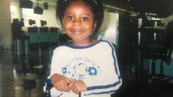 """Wanhopige moeder geeft haar dochtertje mee aan vreemde man op Afrikaanse luchthaven. Vijftien jaar later kan ze hem pas bedanken: """"Hij heeft haar leven gered"""""""