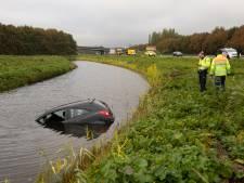 Auto schiet van weg en belandt in water langs A27