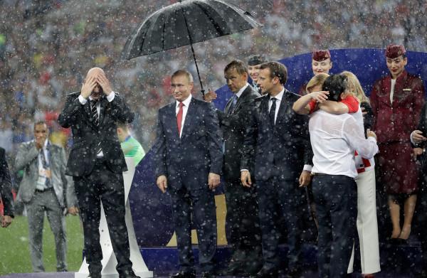 **Poetin** die zijn gasten laat natregenen: het bewijs voor zijn **perfide karakter**