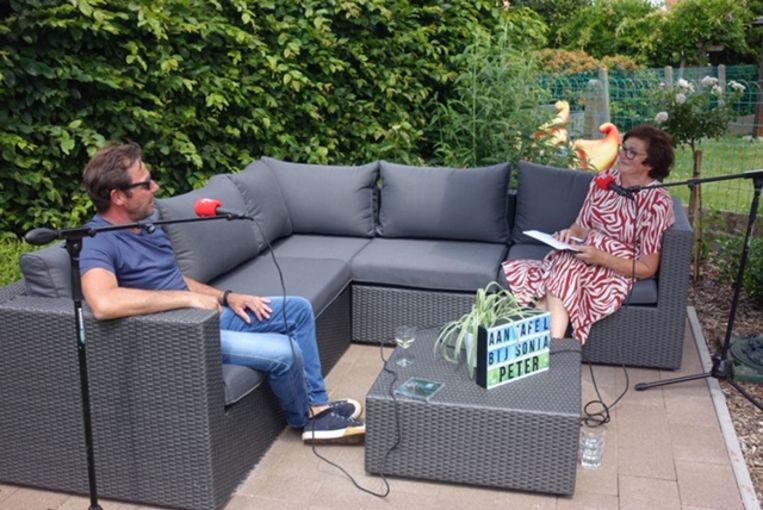 Presentatrice Sonia D'Ours schuift elke zondagochtend tussen 9 uur en 10 uur opnieuw aan tafel met onder andere Peter Van Laet,