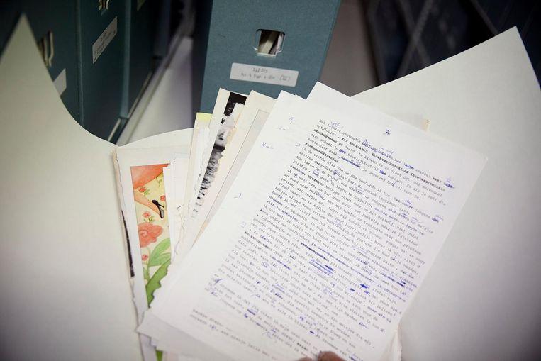 Een van de vele dozen vol aantekeningen en herschreven kopij van Adriaan van Dis in het Literatuurmuseum in Den Haag. Beeld Phil Nijhuis