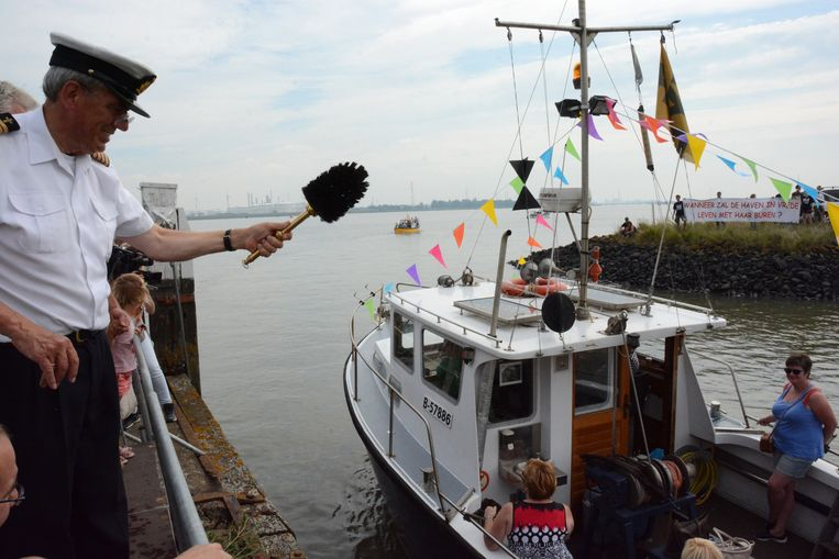 Aalmoezenier Dirk Demaeght en pastoor Daniël Vande Velde zegenen de boten.