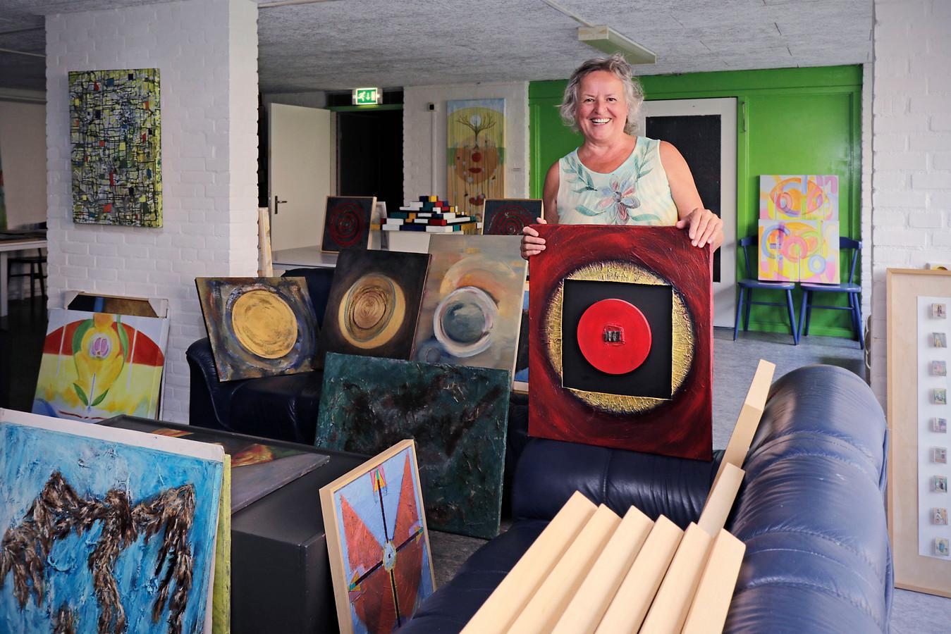 Annet Teunissen tussen haar kunst die in de verkoop ging.