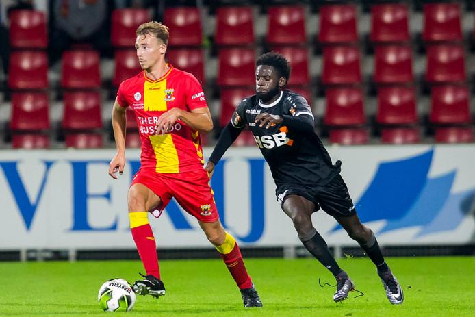 GA Eagles-speler Dennis Hettinga (l), hier in duel met FC Volendam speler Rodney Antwi (r), krijgt een plekje in de basis tegen Fortuna Sittard.