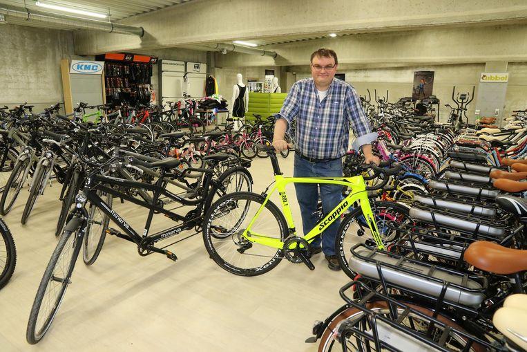 Zaakvoerder Filip Carpentier tussen zijn fietsen.