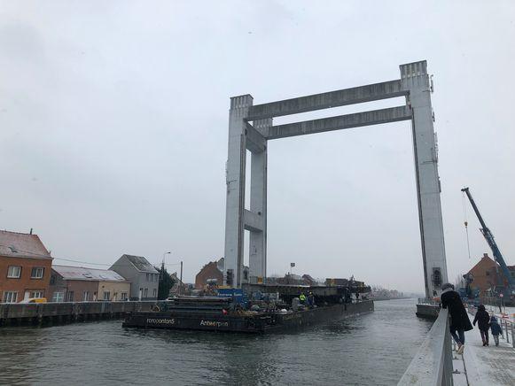 De operatie verliep verbazend vlot. Om 12.30 uur kwam het scheepvaartverkeer opnieuw op gang.