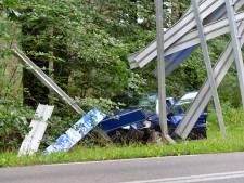 Auto rijdt in op verkeersbord in Epe, bestuurder gewond