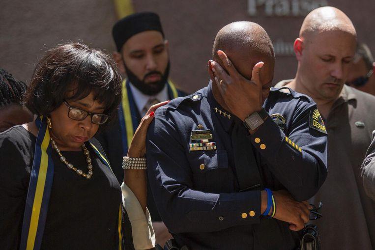 Politiechef David Brown van Dallas tijdens een gebed voor zijn omgekomen collega's. Beeld afp