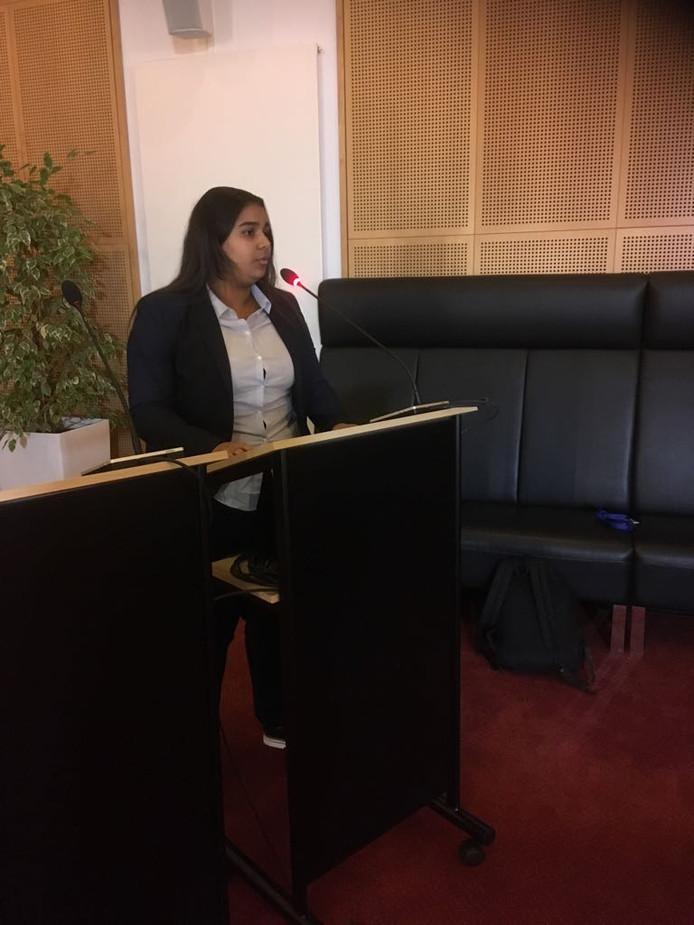 """,,Wie wil?"""".Hajar presenteert haar idee aan de gemeenteraad."""