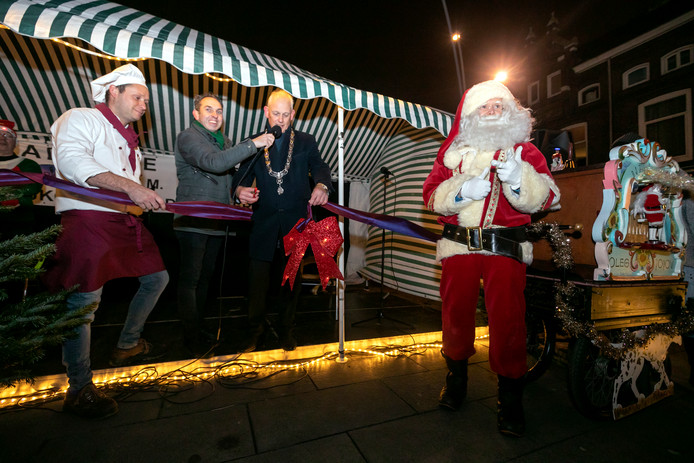Burgemeester Cor Lamers verricht de officiële opening van de kerstmarkt op de Koemart en Broersvest in het centrum van Schiedam.