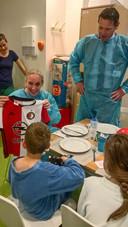 Ziekenhuisbestuurder Peter Langenbach (staand) regelde een Feyenoordshirtje voor een patiëntje, wiens voetbalshirt tijdens een brand in vlammen was opgegaan.