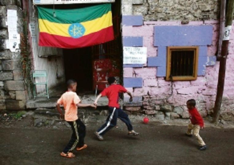 Jongens voetballen bij de uitgang van een stembureau in Ethiopië. (FOTO AP) Beeld AP