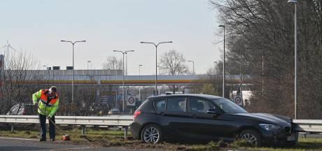 Vrouw valt in slaap en rijdt tegen vangrail op snelweg bij Breda