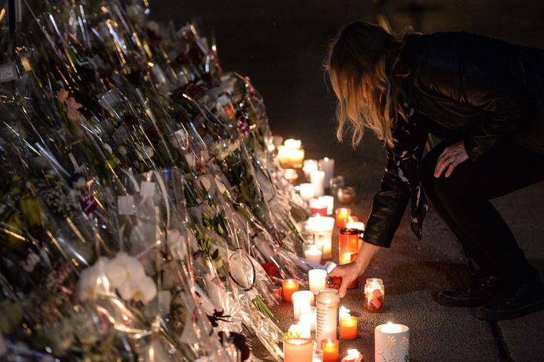 Bloemen en kaarsen voor het restaurant van de ouders van de vermoorde Alexia Daval in het Franse Gray.