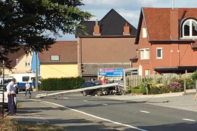 De afgebroken elektriciteitspaal belandde dwars over de Aalstsesteenweg.