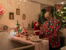 Ook de Dordtse brugwachter Teus hult zich in kerstsfeer