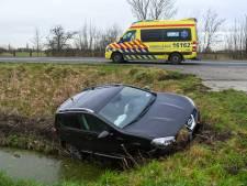 Auto belandt in de sloot bij Nieuwveen, bestuurder mogelijk onwel