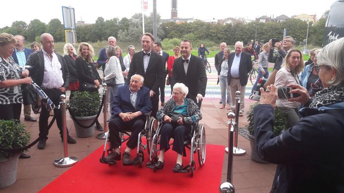 Adrie en Francien Trimpe op de rode loper bij de première van de film 'Van verlies kun je niet betalen'.