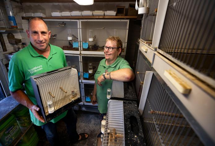Guido en Hetty Bouchée, organisatoren van de maandelijkse vogeltjesmarkt in 't Akkertje.