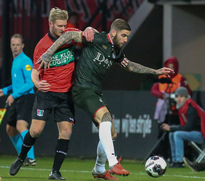 NEC-middenvelder Mart Dijkstra (links) in duel met spits Lars Veldwijk van Sparta.