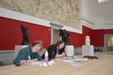 Studenten geschiedenis Lauren en Signe nemen tijdens hun pauze de tijd om de kunstwerken in het MSK te bewonderen.
