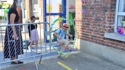 Kleuters wijkschool 't Landuiterke krijgen warm welkom op eerste schooldag sinds coronacrisis
