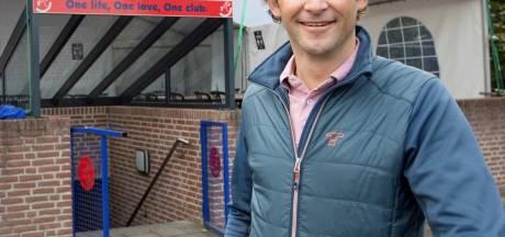 Dennis Pronk benoemd tot lid van verdienste van vv. Hellendoorn: 'De belangrijkste man van de club'