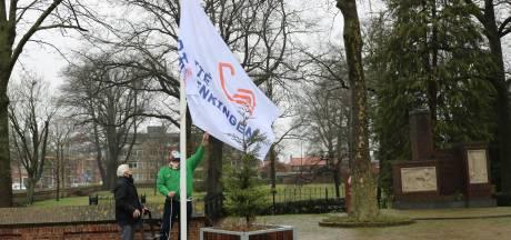 """Oud-verzetsstrijder Roelf Wolterink hijst permanente vlag bij Rijssens oorlogsmonument: """"Wat een eer dat je dit voor ons wilt doen"""""""