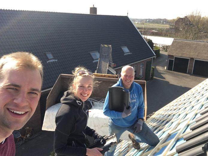 Iris van der Stelt is aan het klussen met haar vriend Leander van der Geest en haar vader Peter.