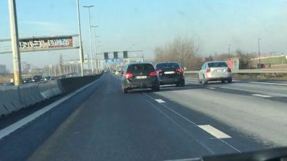 Dashcambeelden tonen hoe bestuurder minutenlang over E40 zwalpt en uiteindelijk met andere wagen botst