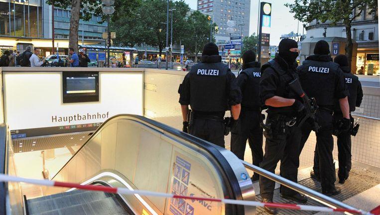 Politie bij de ingang van een metrostation in München. Een groot deel van het openbaar vervoer in de stad werd vrijdagavond platgelegd. Beeld afp