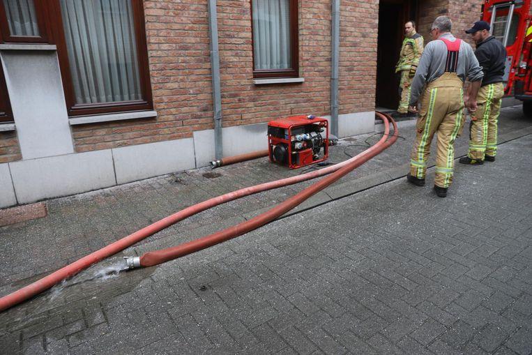 De brandweer had meer dan vier uur nodig om de kelder volledig leeg te pompen.