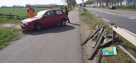Auto ramt hek, bestuurder loopt weg