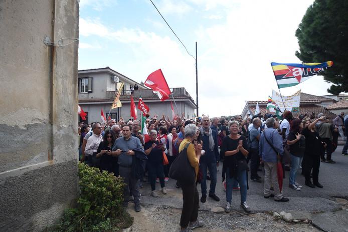Protest in Riace tegen de aanhouding van burgemeester Domenico Lucano.
