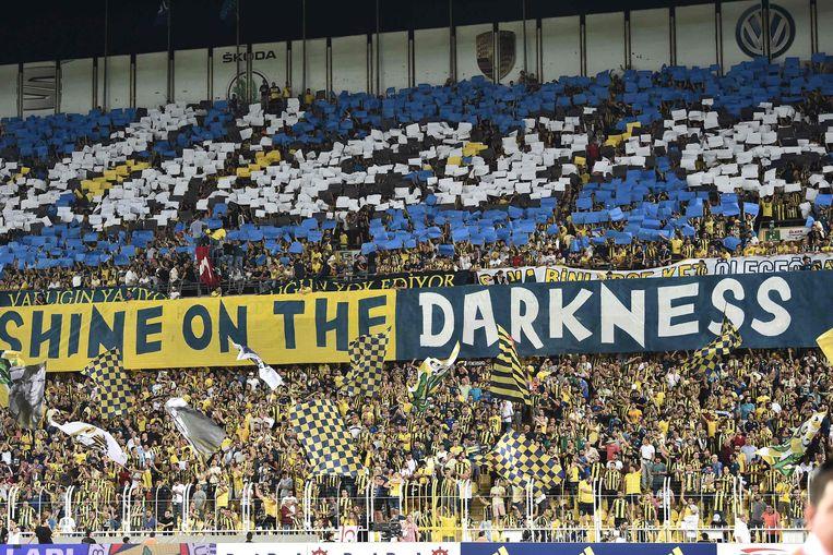 Veel sfeer bij de fans van Fenerbahce, maar dat mocht niet baten.