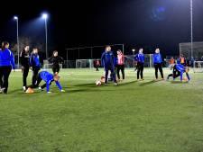 PSV'ers geven voetbalclinic aan meisjes van vv Bruheze in Helmond