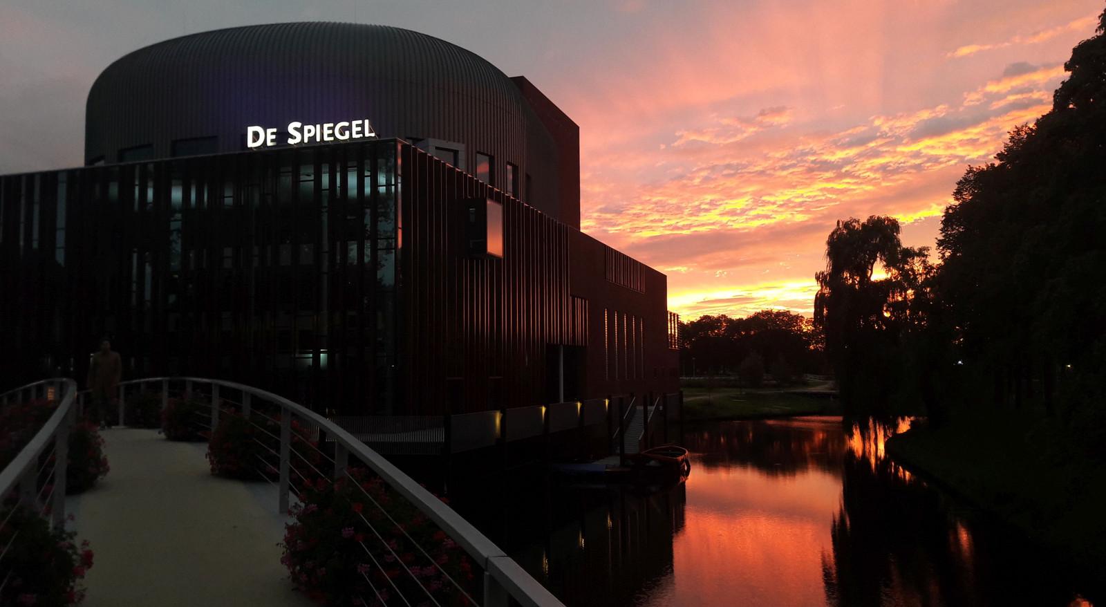 Uitzicht op theater De Spiegel in Zwolle, even na acht uur vanavond.