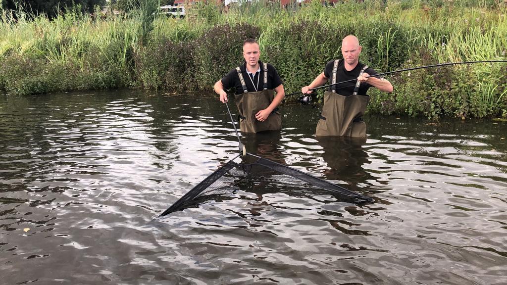 De twee vissers in actie op de plek waar ze de meerval hebben gevangen. Rechts Dick Jansen, links Mark Buijl.
