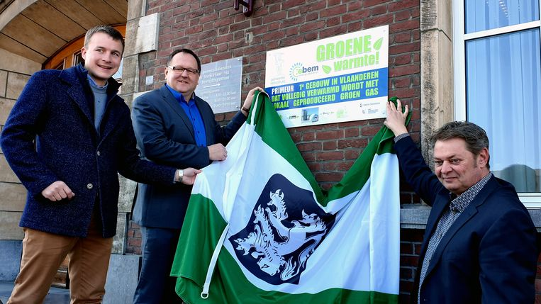 Hartwin Leen, Frank Wilrycx en Werner Pas onthullen het bord dat aanduidt dat het gemeentehuis voortaan gebruik maak van groen gas.