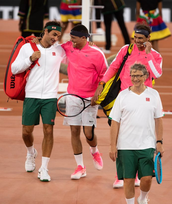 Roger Federer en Trvor Noah komend grappend het stadion binnen.