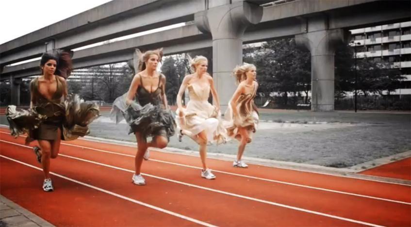 Sportieve jurken in de nieuwste videoclip van Laura Pausini