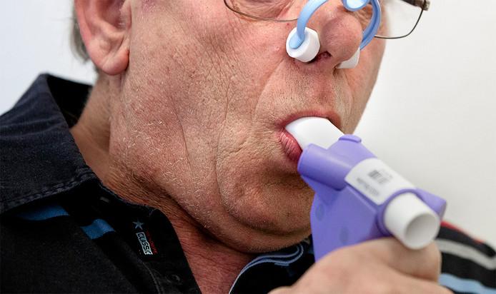 Een man ondergaat een longfunctietest.